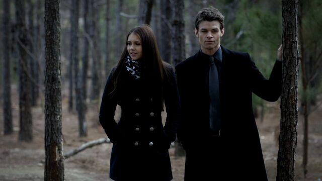 Archivo:Elijah-and-Elena-3x15-elijah-and-elena-29159605-1280-720.jpg