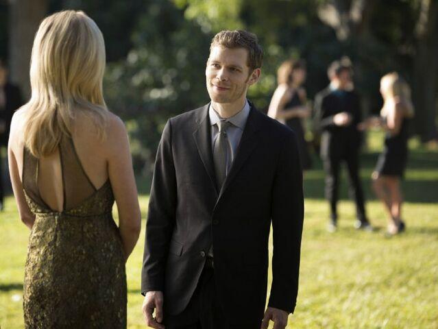 File:Klaus & Caroline at the Miss Mystic Falls Pageant.jpg