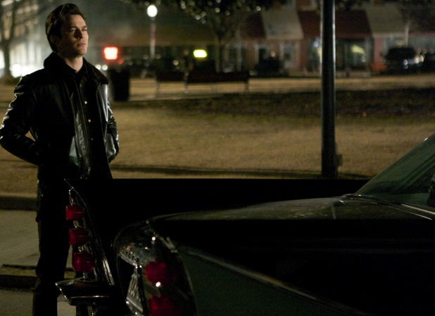 File:Ustv-the-vampire-diaries-s05-e19-man-on-fire-1.jpg