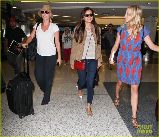 File:Vampire-diaries-cast-landing-at-lax-12.jpg