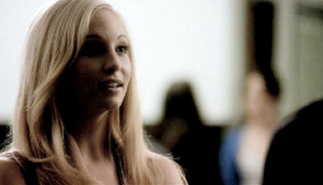 File:Caroline talking with Stefan 1x5.png