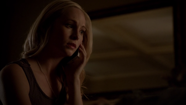 File:Caroline talking with Tyler on the phone 5x18.png