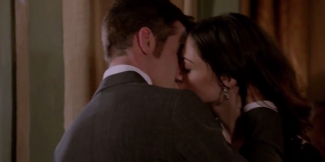 File:Elijah and Hayley kiss 1x21.png