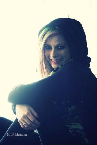 File:Avril Lavigne in the hood.jpg
