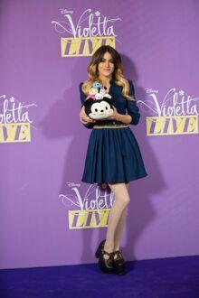Photos-Violetta-Craquante-elle-prend-la-pose-avec-des-Tsum-Tsum portrait w674.jpg