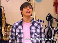 Leon singing Podemos