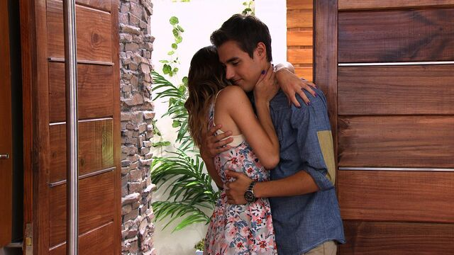 File:Leon and Violetta hug.jpg