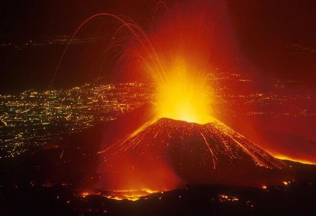 File:Pian del Lago in eruzione il Montagnola dell'Etna.JPG