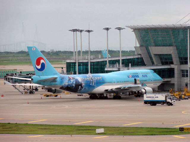 File:Starcraft II Commercial on Korean Air - Seoul Incheon Airport edit.jpg