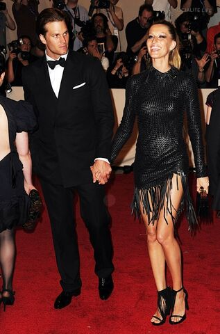 File:Gisele-bundchen-tom-brady-2010-met-costume-gala-red-carpet-photos-05042010-15-820x1241.jpg