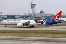 Atatürk Havalimanında Türk Hava Yolları Boeing 777 Batman Süpermen'e karşı logojet