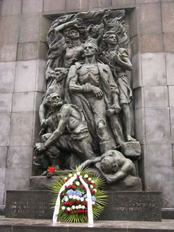 Pomnik Bohaterów Getta z wieńcem Baracka Obamy