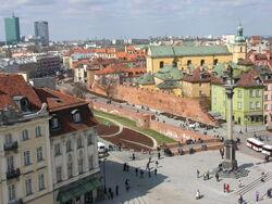Fragment murów obronnych Starej Warszawy współcześnie.JPG