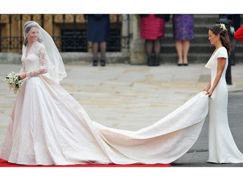 File:Pippa-holding-train-kate-wedding-lgn.jpg