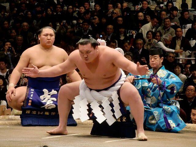 File:Hakuho Shiranui dohyo-iri 2012 Jan.JPG