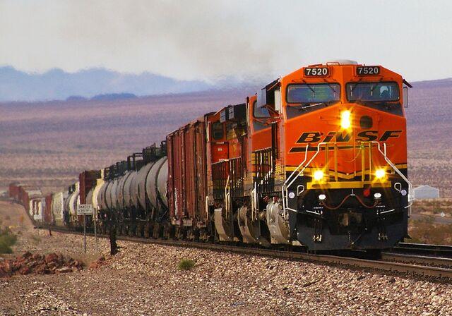 File:BNSF 7520 GE ES44DC in Mojave Desert.jpg