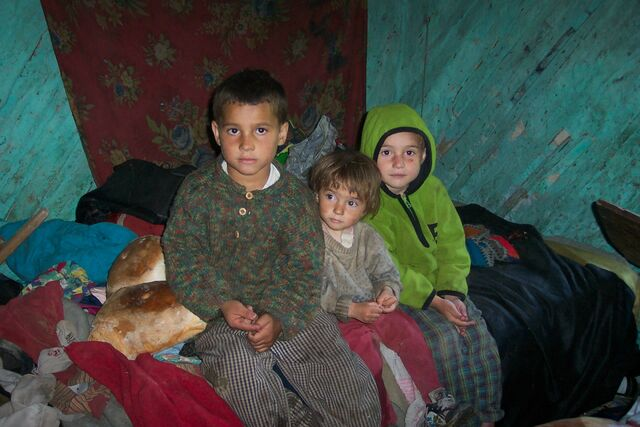 File:Poor kids in Holbav.jpg