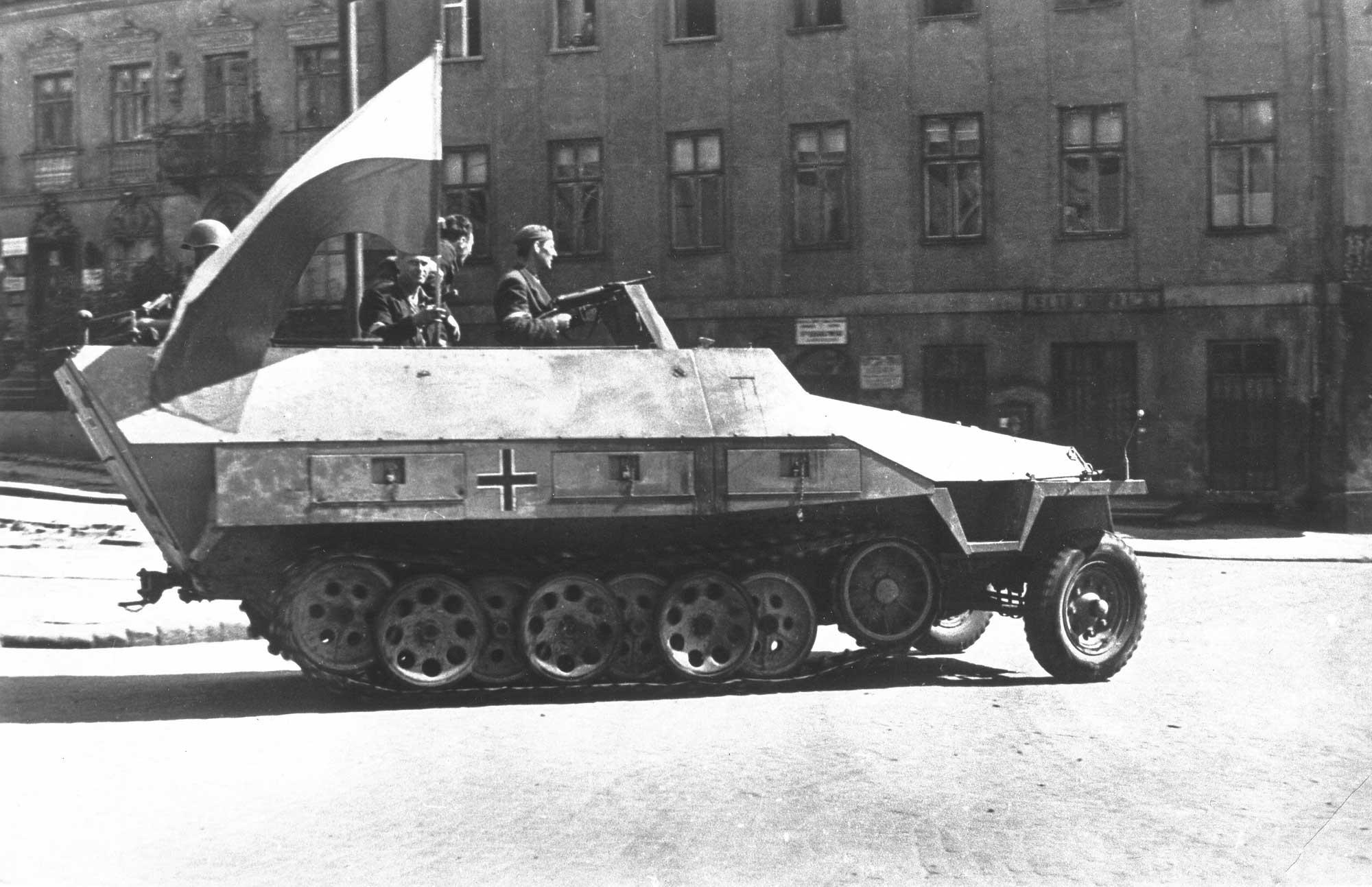 Datei:Warsaw Uprising-Captured SdKfz 251.jpg