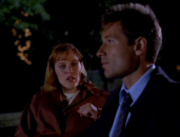 File:Fox Mulder and Dana Scully on bench.jpg
