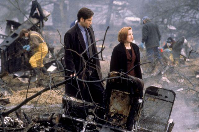 File:Tempus Fugit Crash Site Mulder Scully.jpg