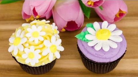 Royal Icing Daisy Cupcakes (Spring Cupcakes) from Cookies Cupcakes and Cardio