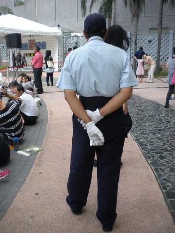 檔案:台南大遠百-保全人員.JPG